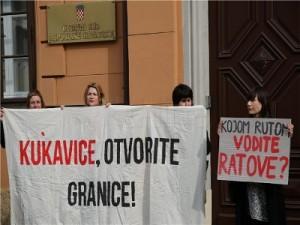 """Aktivisti su ispred Suda istaknuli transparente """"Kukavice, otvorite granice"""" i """"Kojom rutom vodite ratove?"""""""