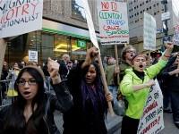 """Uz desetak transparenata, skupina je skandirala:   """"Ne Trumpu, ne rasizmu, imigranti su ovdje dobrodošli!"""""""