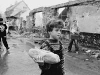 Izbjeglice iz Bihaća u razrušenom Turnju kod Karlovca, 1994. (dečko s kruhom)  Foto: Saša Kralj