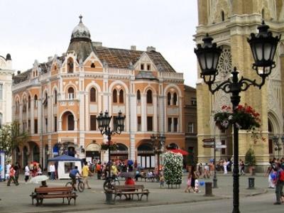 Izlozi se nalaze u jednom pasažu u glavnoj pješačkoj, Zmaj Jovinoj ulici, u strogom centru Novog Sada