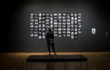 """Posjetitelj pregledava fotografije Henryka Rossa kao dio izložbe """"Memory Unearthed: Lodzu Ghetto Fotografije Henryk Ross"""", u Muzeju lijepih umjetnosti u Bostonu, Massachusetts, SAD. Nekada poljski fotoreporter, Ross je radio za nacistički režim kao birokratski fotograf, a potajno je dokumentirao stanovnike geta, pokopao je svoje negative i vratio se po njih nakon oslobođenja. Rossove fotografije i osobno svjedočanstvo korišteni su kao dokaz u suđenju za 1961. za ratne zločine Adolfa Eichmanna. EPA / CJ Günther"""