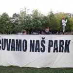 """Članovi inicijative """"Čuvamo naš park"""" priječe ulazak u park djelatnicima Zrinjevca"""