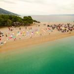 """Akcija na bolskoj plaži Zlatni rat – ručnicima ispisali """"Zauzeto"""""""