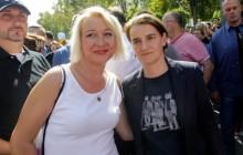 Srpska premijerka Ana Brnabic  stoji sa Helenom Vukovic, transrodnim bivšim časnikom u vojci srpske Armije na Povorci ponosa u Beogradu. (ILGA).  EPA/ANDREJ CUKIC