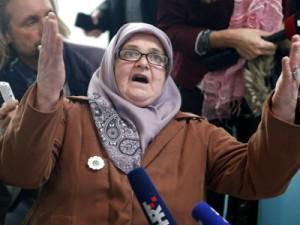 Majke iz Srebrenice gledaju prijenos izricanja presude u Den Haagu. Foto:  EPA/FEHIM DEMIR