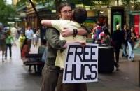 """Volonteri udruge u """"Free hugs"""" akciji povodom Dana zagrljaja i informacija"""