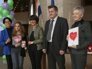 Na fotografiji dobitnici nagrade Osnovne škole Tomaša Goričanca (Mala Subotica), Marija Boltek,  Cvjetana Plavša-Matić (L) i Dražen Vikić-Topić (2D). foto HINA / Zvonimir KUHTIĆ /zk