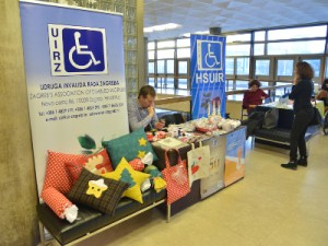 Na fotografiji  izložba kreativnih radova i predstavljanje udruga osoba s invaliditetom.  HINA/ Admir BULJUBAŠIĆ/ abu
