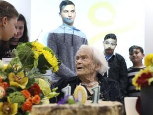 Na fotografiji djeca koja su dobila stipendije čestitaju 101. rođendan Desi Baković. foto HINA/ Lana SLIVAR DOMINIĆ