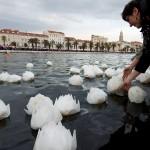 Tijekom prosvjeda protiv Istanbulske splitske aktivistice u more puštale lampione za ubijene žene