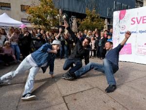 """Arhivska fotografija: događanje na Cvjetnom trgu u sklopu javnozdravstvene akcije """"Uhvati ritam"""" održane povodom Mjeseca borbe protiv raka dojke, listopad 2017., foto: cinidobrustvar.hr"""