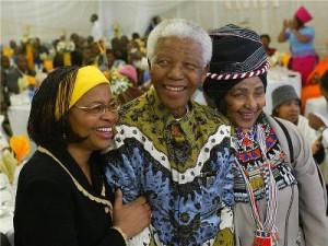 Na slici: Nelson Mandela na proslavi 86 rođendana sa suprugom Graca Machel, lijevo, i bivšom suprugom Winnie Madikizela Mandela. Arhivska foto, EPA