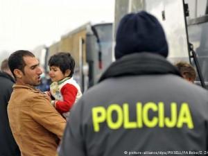 Hrvatska policija je 2015. pomagala izbjeglicama. Sad ih navodno silom nastoji spriječiti da uđu u EU.