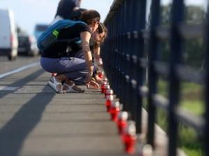 Udruga Životna linija organizira hrvatsko obilježavanje Svjetskog dana prevencije samoubojstava, u sklopu kojeg su volonteri udruge zapalili 625 svijeća (lampiona) uzduž Mosta slobode u Zagrebu. foto HINA/ Daniel KASAP