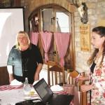 Edukaciju izrade cvjetnih aranžmana i ukrasa, tepiha i šokačkih ponjava prošlo 26 korisnika udruge Regoč, osoba s intelektualnim teškoćama