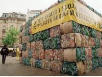 Arhivska fotografija, FAH: Na zagrebačkom Cvjetnom trgu Zelena akcija je postavila kocku otpada od plastične ambalaže povodom Dana planeta Zemlje.