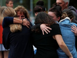 Ljudi izražavaju jedni drugima sućut (Reuters/E. Su)