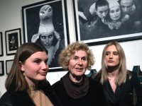 Na fotografiji Ivanina majka Leposava Popović (C) i Ivanine kćeri Ava Peroš (L) i Luna Bizovičar (D). foto HINA/ Lana SLIVAR DOMINIĆ