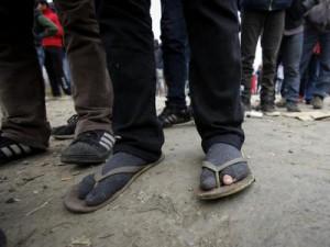 Migranti čekaju na jelo u izbjegličkom smještaju u Velikoj Kladuši