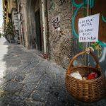 Napuljska solidarnost: Košare s hranom spuštaju se s balkona